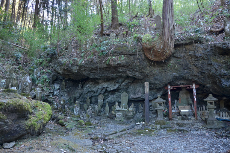 Conglomerate Bedding and Stone Buddha Statues of Kinsho-ji Temple (Chichibu Pilgrimage Temple No. 4)