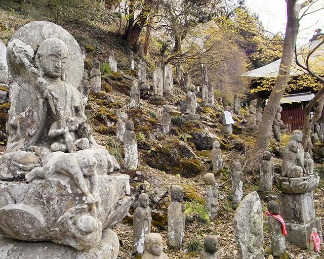 札所4番金昌寺の石仏群(岩殿沢石)