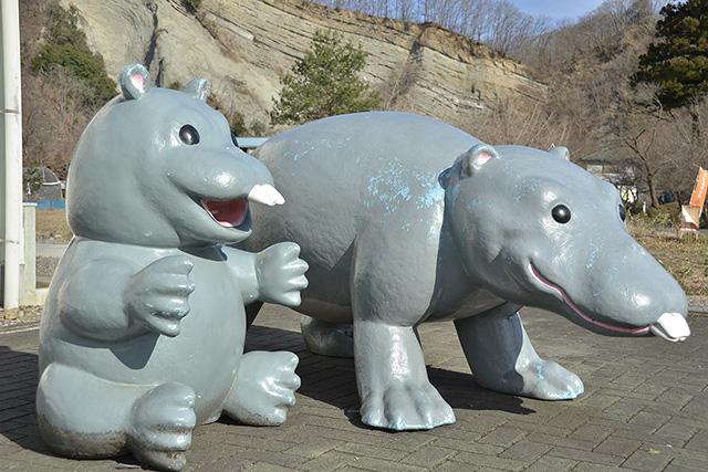 おがの化石館のパレオパラドキシア像と「ようばけ」