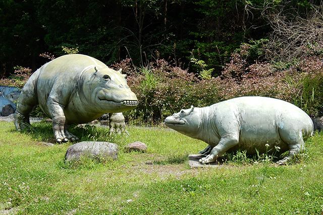 般若の丘公園のパレオパラドキシア像(親子)