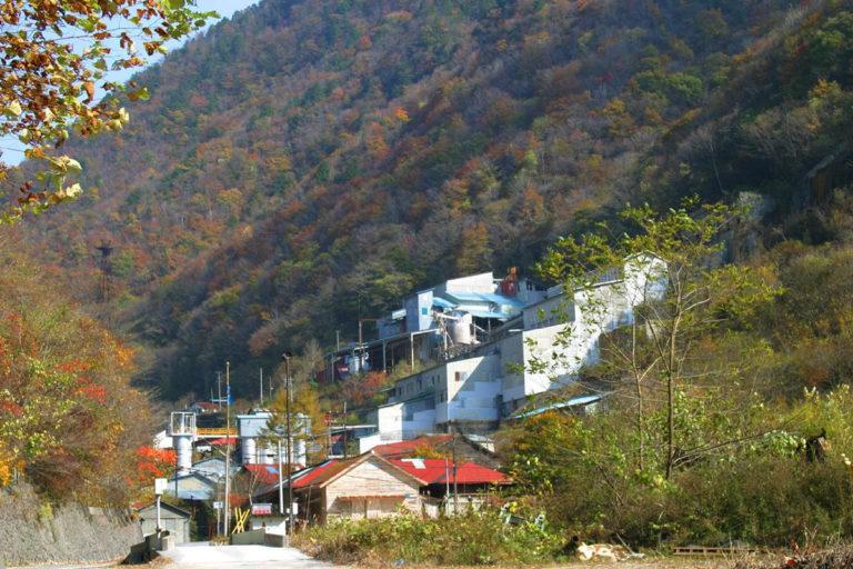 秩父トーナル岩と鉱山跡