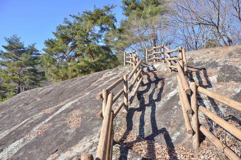 白砂公園の岩上の遊歩道