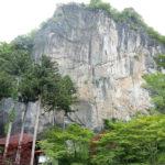 札所28番橋立堂の石灰岩体と橋立鍾乳洞
