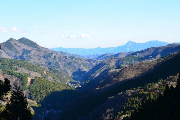 志賀坂峠からみた山中層群(山中白亜系)の地層が広がる谷