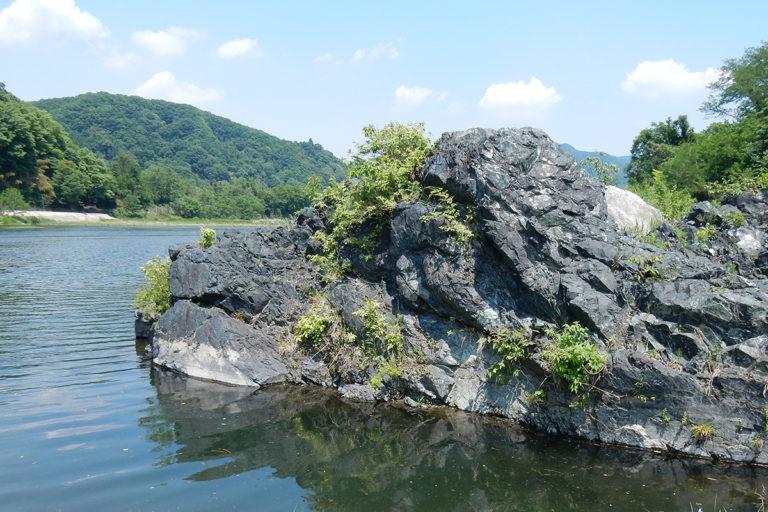 <ruby>栗谷瀬<rp>(</rp><rt>くりやぜ</rt><rp>)</rp></ruby>橋の<ruby>蛇紋岩<rp>(</rp><rt>じゃもんがん</rt><rp>)</rp></ruby>