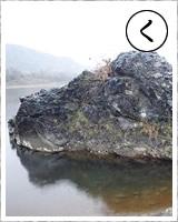「く」・・・栗谷瀬(くりやぜ)橋の下に見られる深い緑の蛇紋岩